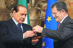 Berlusconi riceve la campanella da Prodi.